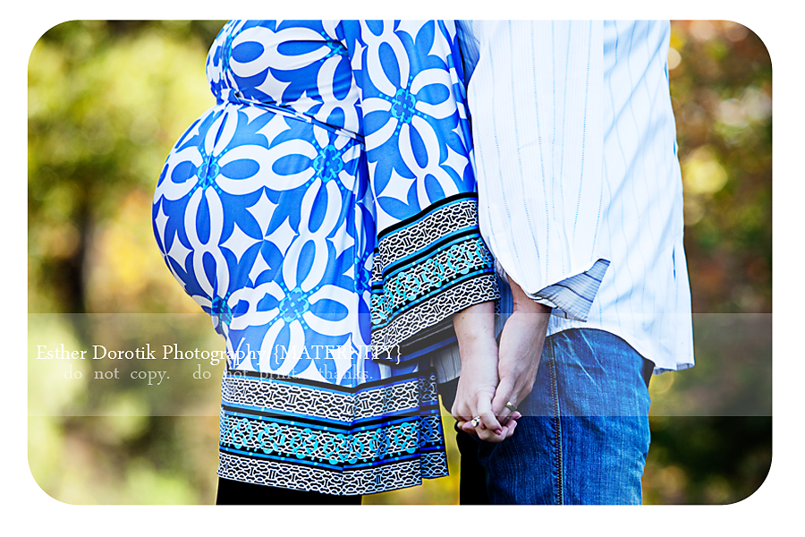 outdoor-maternity-photography-session-of-couple-in-bright-colors