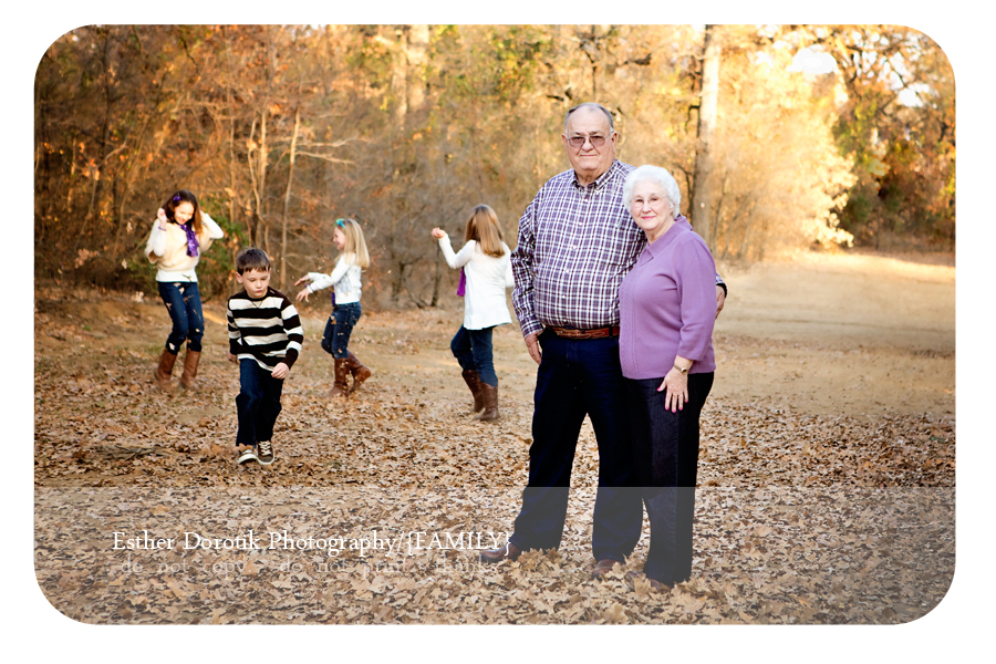 family-photography-of-grandparents-with-grandchildren-playing-in-the-backgroudn