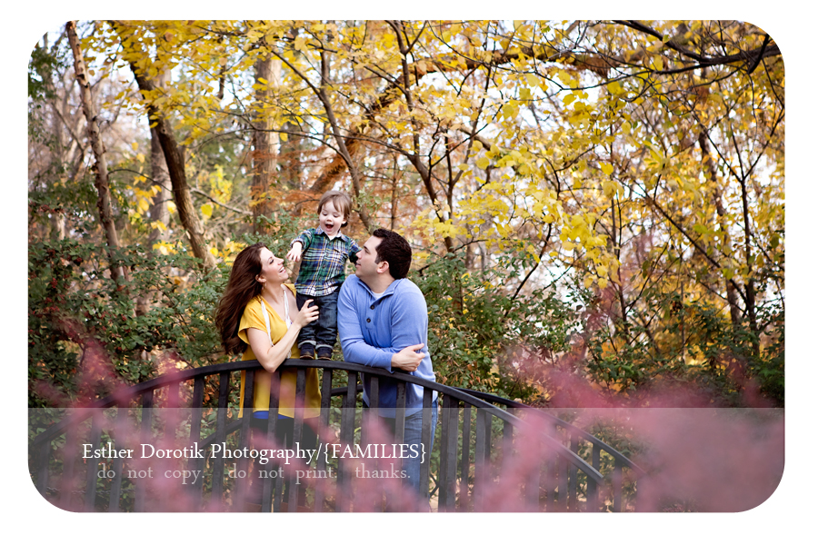 colorful-outdoor-picture-of-family-having-fun-on-bridge-at-Grapevine-botanical-garden