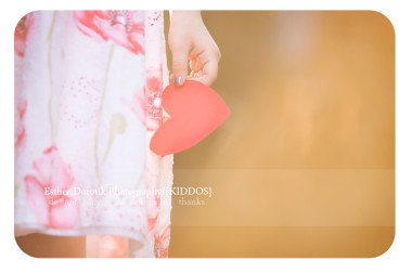 lifestyle-photograph-of-little-girl-holding-heart-for-Valentine's-Day-by-Dallas-newborn-photographer