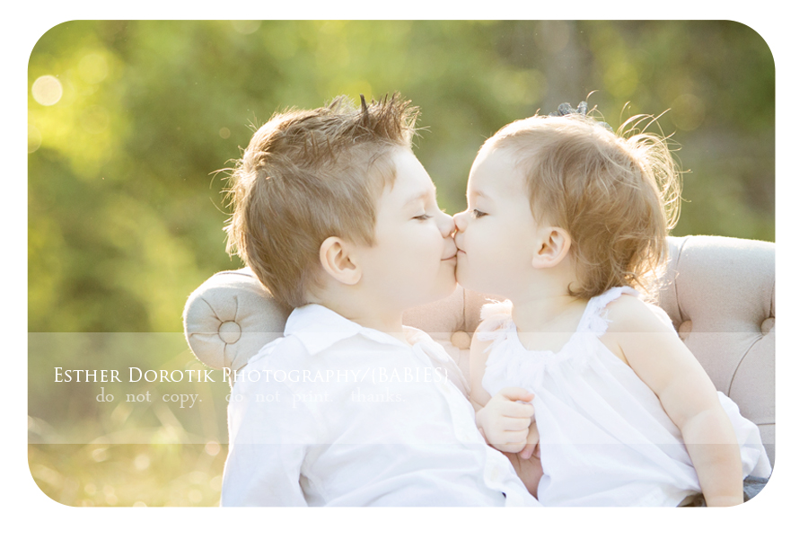 siblings-photography-family-photographer-captures-children-kissing-in-Flower-Mound-field