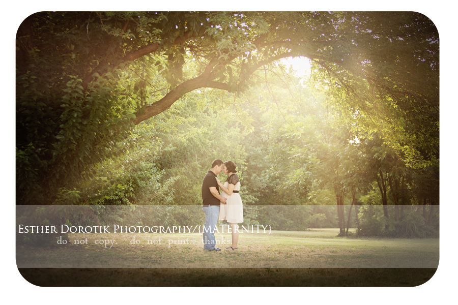 bright-and-airy-maternity-photographer-under-tree-with-sunflare-by-Dallas-newborn-photographer