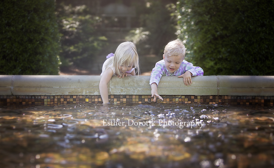 3-year-old-twins-playing-in-water-at-Dallas-Arboretum-by-Frisco-child-photographer