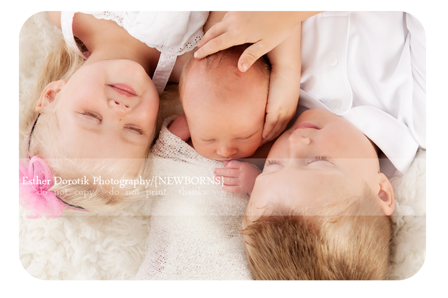 Fort-worth-baby-photographer-captures-newborn-with-siblings
