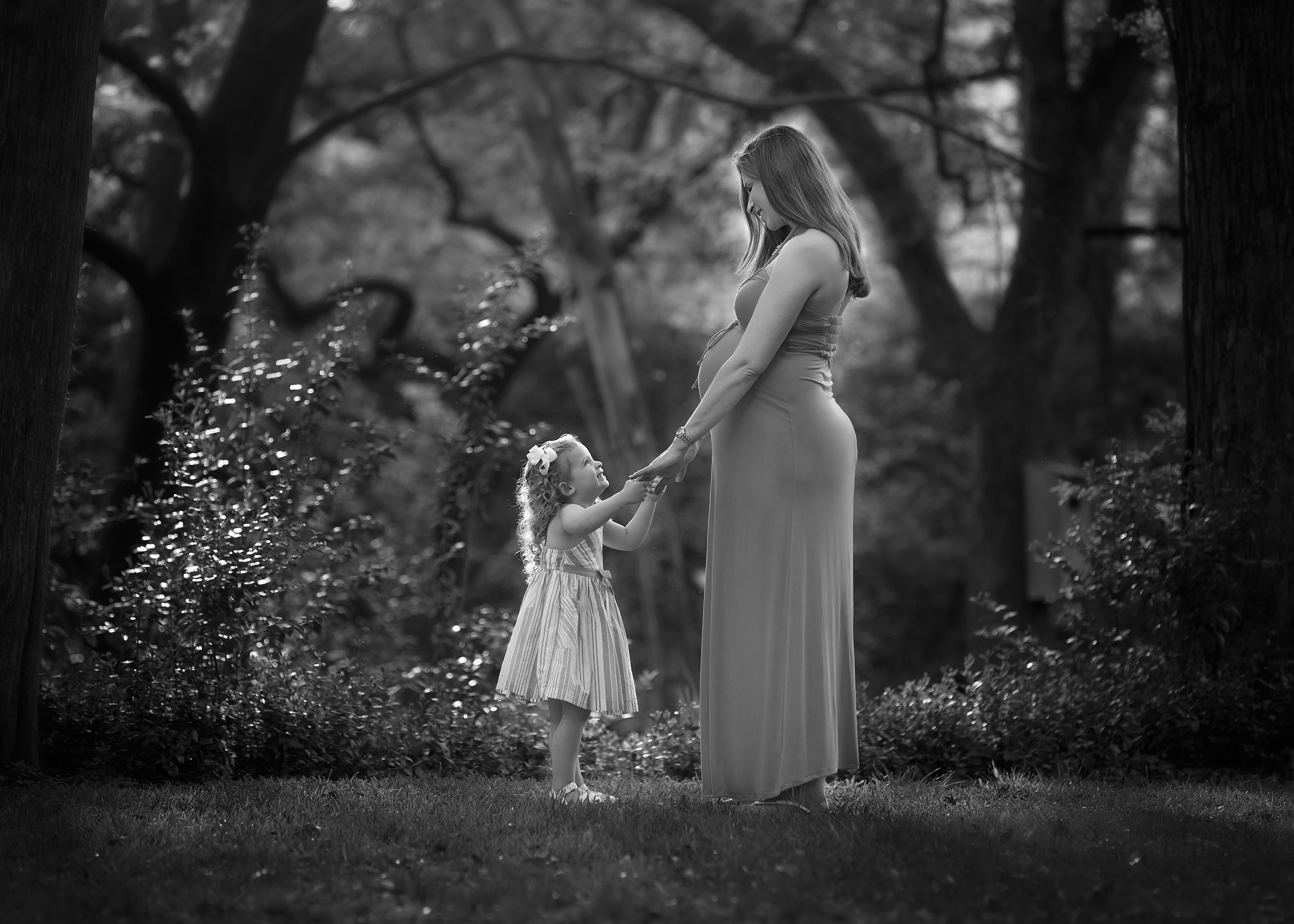 picture-of-pregnant-mom-dancing-with-daughter