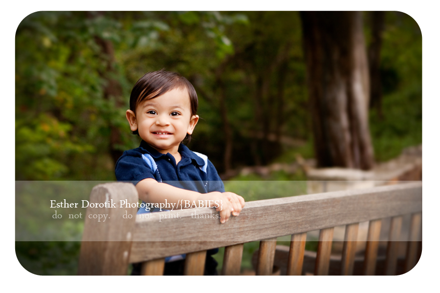 Frisco-photographer-captures-one-year-old-boy-on-wooden-bench-in-Prather-park