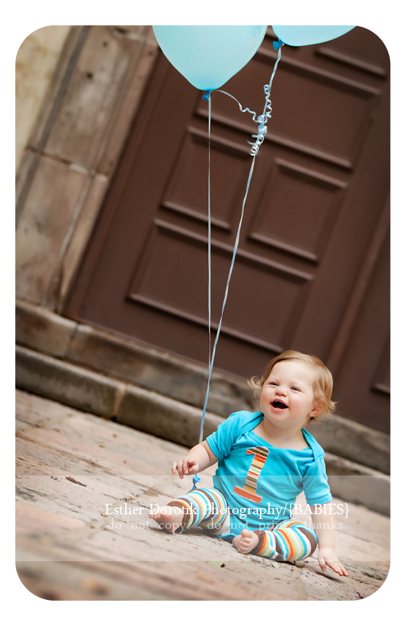 one-year-old-photo-session-of-boy-in-blue-onesie-taken-in-Las-Colinas-with-balloons