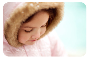 lifestyle-photographer-captures-little-girl-in-snow