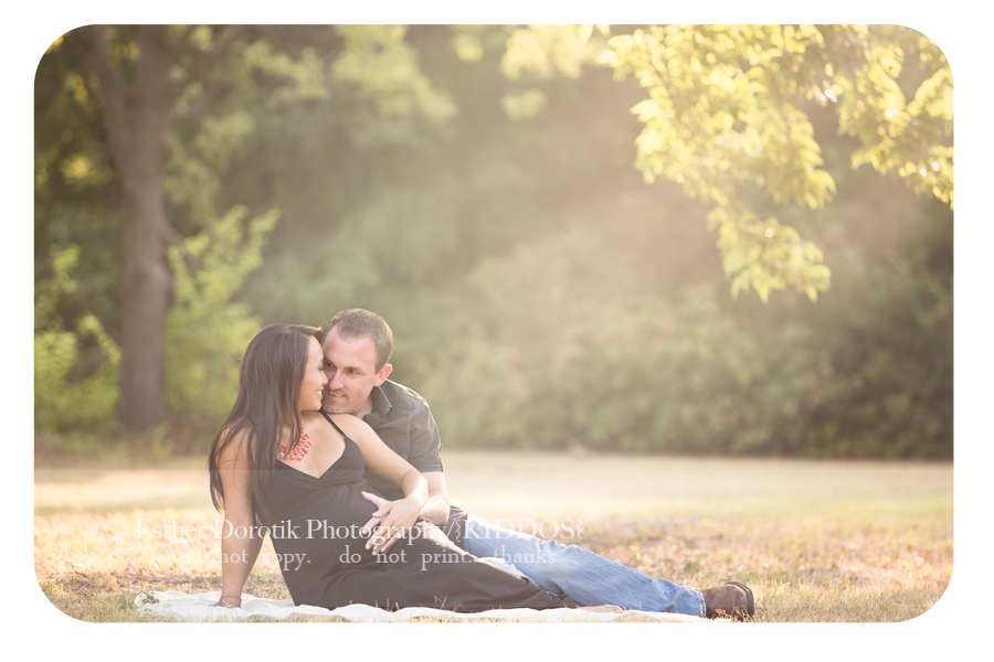 outdoor-maternity-photography-session-under-tree-with-beautiful-sun-by-Dallas-maternity-photographer